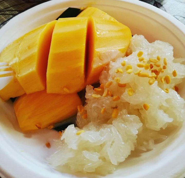 2 Thai desserts with sticky rice